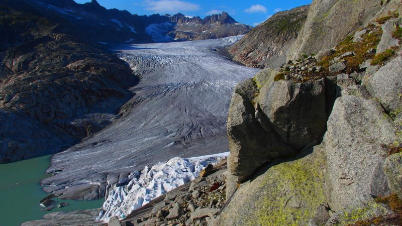 Fronte del ghiacciaio con alcuni iceberg